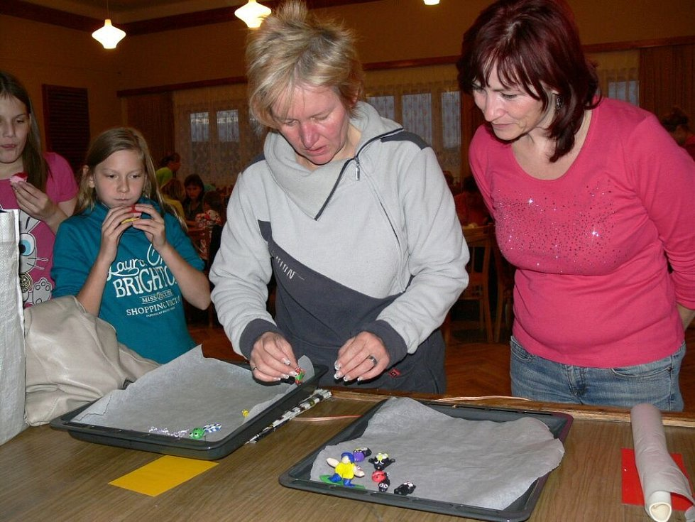 Děti s maminkami a babičkami tvořily v Zámrskách výrobky na adventní výstavu