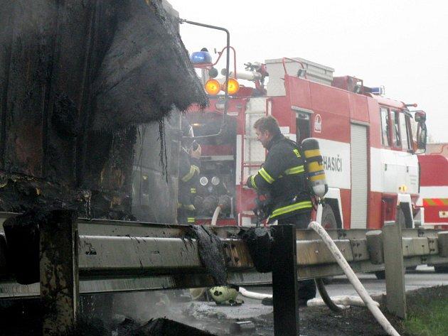 Auto začalo hořet za jízdy na silnici mezi Bělotínem a Polomí.