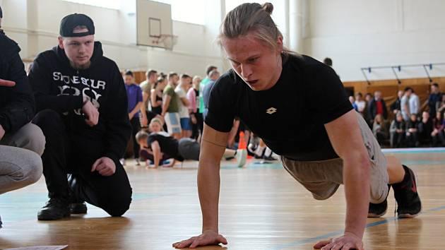 V 1. ročníku krajské soutěže Mám na to studenti plnili disciplíny, které jsou potřeba pro přijetí k Policii ČR - testy autoškoly, kliky, motorické cviky, člunkový a vytrvalostní běh.