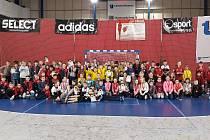 Turnaj v miniházené v Hranicích. Na dvou hřištích si tak před zraky rodičů a rodinných příslušníků zahrálo 107 dětí ročníků 2008 a 2009.