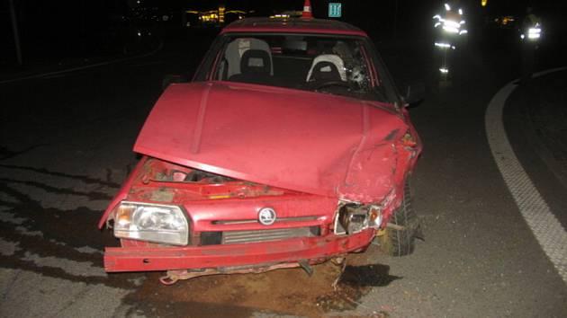 Řidič značně posilněný alkoholem jel ve voze Škoda Forman při vjezdu na kruhový objezd U Sparty nedal přednost fabii.