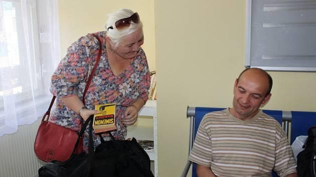 Zkrátit si dlouhou chvíli čtením knih si mohou od čtvrtku 4. června cestující na hranickém vlakovém nádraží. Začala tam nyní fungovat sousedská knihovna, kterou sami mohou obohatit tituly, které u nich doma už nikdo nečte.
