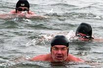 I trénovaným plavcům bylo tentokrát v Plumlově zima.