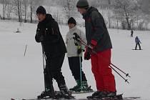 Na lyžaře čekají ve většině zimních středisek v Jeseníkách ideální podmínky. Technický sníh je ale většinou tvrdý, a tak hrozí větši riziko úrazů.