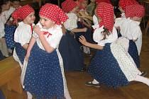 Členové hanáckého souboru písní a tanců Klas a dětských souborů Klásek a Kláseček potěšili tancem a písněmi své sousedy z Kralic.