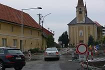 Během léta vznikl v obci nový kruhový objezd. Uzavírka však kvůli dalším opravám trvá.