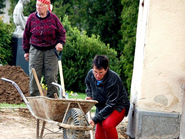 Po celý týden pomáhali opravovat dobrovolníci z dalekého Voorburgu v Holandsku kostel v Týně nad Bečvou.