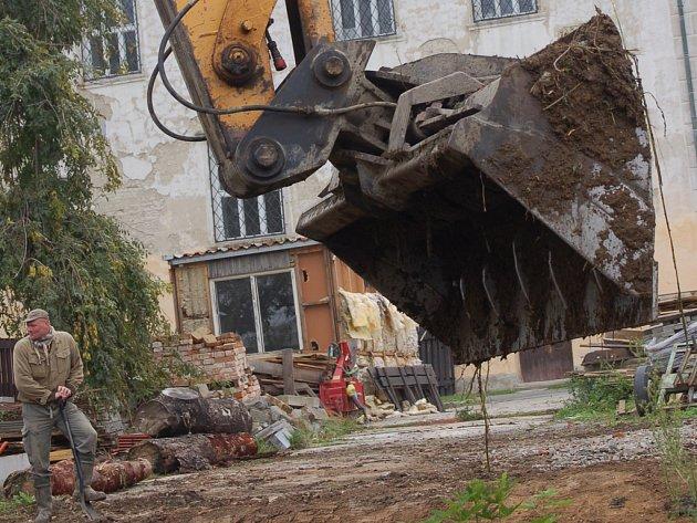 Dělníci nejprve musí odstranit náletové dřeviny.