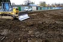 Na stavbě silnice se už pilně pracuje.