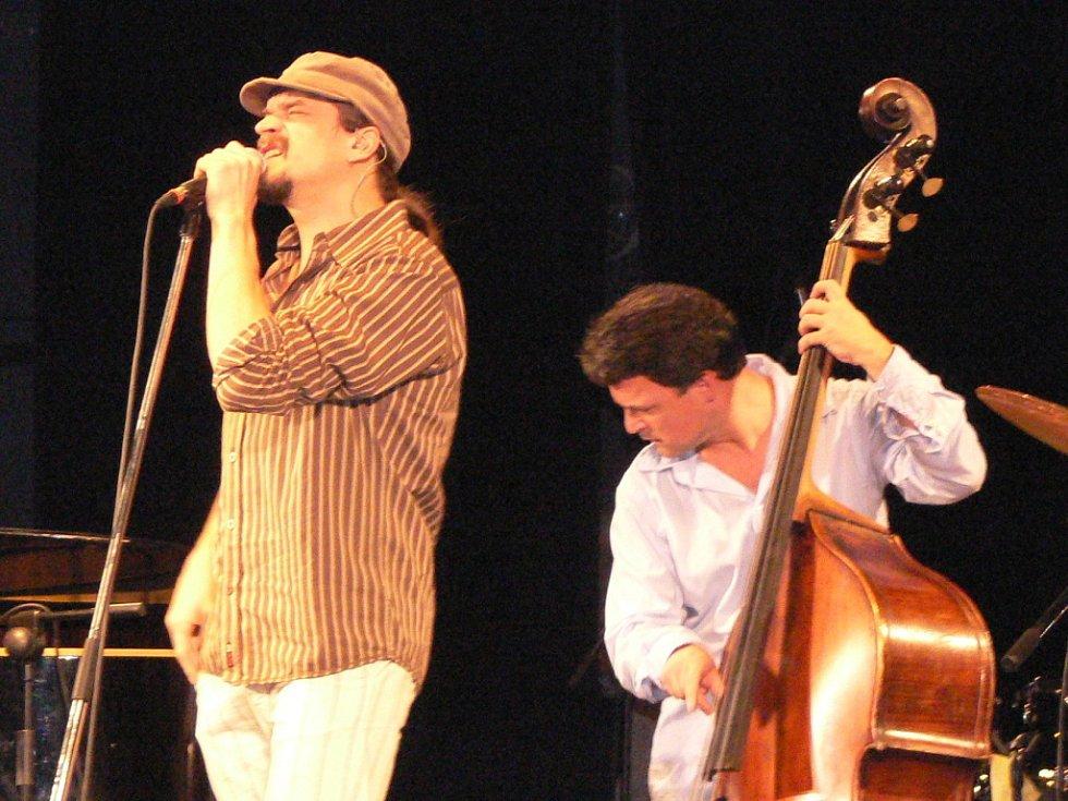 Dan Bárta vystoupil s kapelou Robert Balzar Trio.