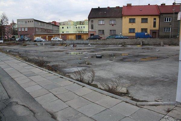 Nevzhledný betonový prostor na pomezí ulic Jiřího zPoděbrad a Jaselská