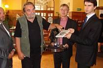 Publikaci nazvanou Historie a současnost podnikání na Přerovsku a na Hranicku pokřtili včera v Městkém domě v Přerově.