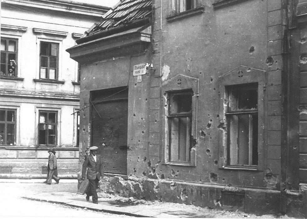 Poslední hodiny války v Hranicích. Farní ulice 7. května 1945.