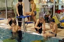 Zaplavat si s monoploutví si mohly vyzkoušet i děti na hranické plovárně.