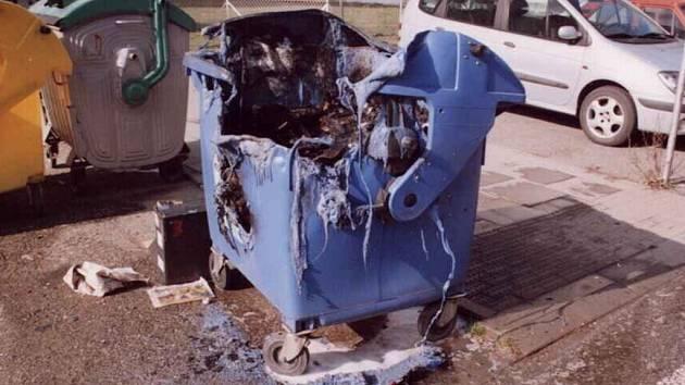 Neznámí vandalové zapálili od podzimu loňského roku do dnešního dne na dvě desítky plastových kontejnerů.