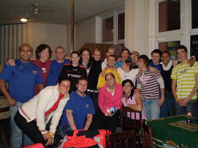 Na závěr setkání volejbalových fanoušků s hráčkami VK Prostějov se všichni zúčastnění zvěčnili na společném snímku.