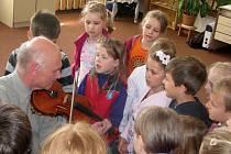 Školáci z Hranic si prohlédli celou Základní uměleckou školu. Navštívili všechny tři nabízené obory a v hudebních třídách si měli možnost vyzkoušet hru na nástroj.