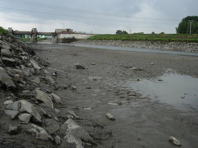 Koryto řeky Bečvy nyní před hranickým jezem téměř zeje prázdnotou. Důvodem je jeho pravidelná údržba.