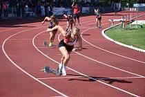 Adéla Zdražilová (v popředí) při startu běhu na 400 m.