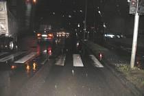Řidič vozidla Audi srazil v pátek časně ráno nedaleko supermarketu Tesco pětapadesátiletou chodkyni.