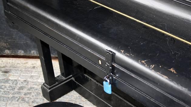 Veřejné piano v Hranicích po dvou měsících končí. Kvůli vandalům.