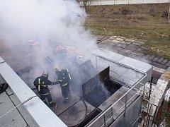 Hasiči po příjezdu zjistili, že se oheň začal šířit od filtrů kotelny.