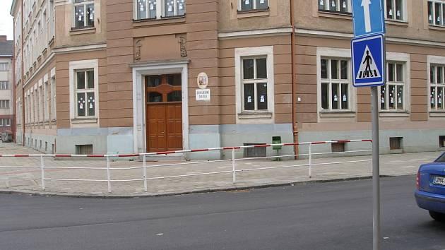 Vyznačený přechod pro chodce citelně schází v ulici Boženy Němcové, kde se nacházejí dvě školy.