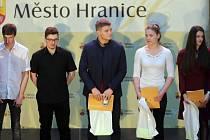 Nejlepší sportovci města Hranice  za rok 2018. Kategorie jednotlivců 16 - 19 let. Uprostřed vítěz Martin Bezděk
