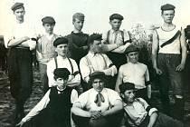 První fotbalové družstvo (1907): stojící zleva: Jaroš mladší, Najman, S. Čech, Kadlec, MUDr. Lacina, klečící: E. Mayer, H. Šulák, B. Tesárek, sedící: M. Bayer, Tachovský, Theimer.