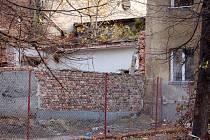 Zchátralý areál bývalé slévárny Heinik ve Škodově ulici v Přerově, který ohrožuje obytné domy ve zdejší romské čtvrti, srovná město se zemí.