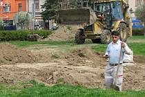 Novou drenáž budují nad zámeckým klubem v Hranicích. Při velkých deštích do něj totiž začala prosakovat voda. Práce by zde měly být dokončeny v polovině května.