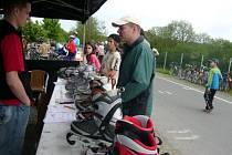 Jízdu na kolečkových bruslích si mohli na cyklotrase v Oseku nad Bečvou vyzkoušet i ti, kteří na nich nikdy nestáli.