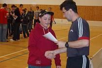 Jeden z pořadatelů Jiří Lysák gratuluje kapitánovi vítězného týmu.