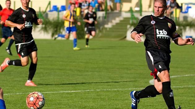 Fotbalisté Hranic (v tmavém). Ilustrační foto