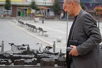 Ztráty jedné z částí bronzového modelu před budovou magistrátu si všimli přerovští občané. Z modelu před radnicí, který přišel město na více než dva miliony korun, totiž zmizela kašna.