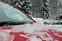 Chodníky, zasněžené plochy, auta i silnice pokryla vrstva ledu.