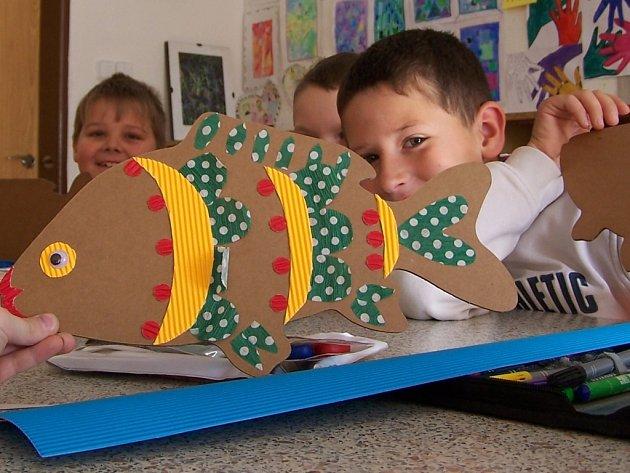Vánoční kapry vyráběly z lepenky děti ze Základní školy v Dřevohosticích.