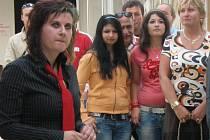 Sandra Stropková (vlevo) zahajuje svoji první výstavu.
