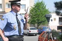 Malá nenápadná kamera a za ní strážník. Takovýto úkaz není v Hranicích ničím výjimečným. Objektivem míří muž v uniformě na semafor každý týden.