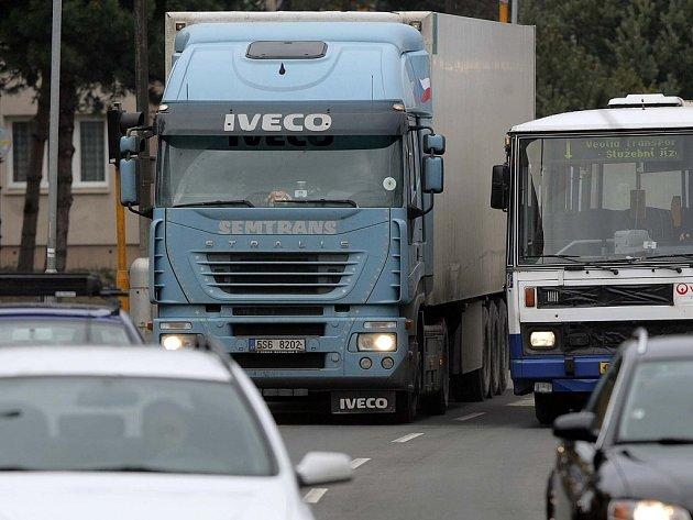 Kamiony na průjezdu městem
