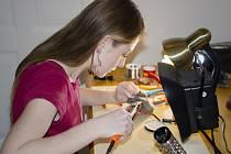 Kristýna Čupitová se věnuje tvorbě šperků z cínu a chirurgické oceli.