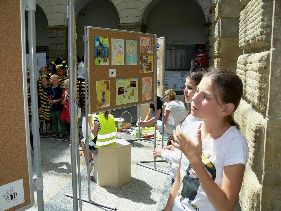 Vyhodnocení výtvarné soutěže Život včely v úlu v zámecké dvoraně