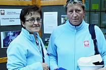 Jana Kolářová z Býškovic (vlevo) s kolegyní při prezentaci aktivit Charity Hranice.