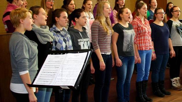 Dívčí pěvecký sbor Datio z Oder zazpíval v Domově seniorů v Hranicích
