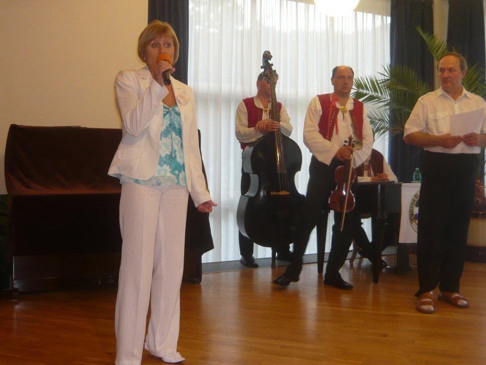 Soutěžící s číslem 3, Miluše Pospíšilová, se představuje divákům.