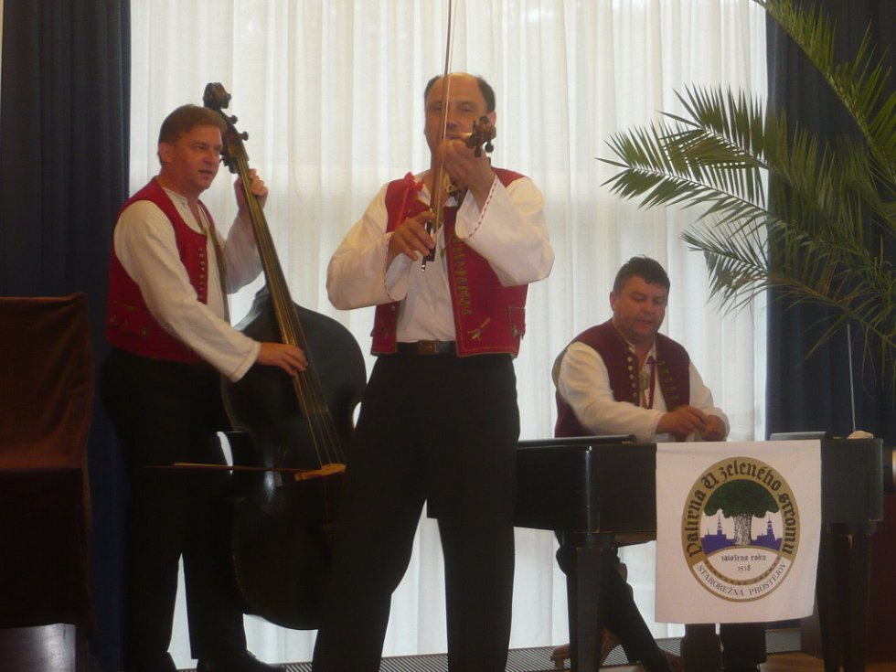 Hudba byla nezbytnou součástí programu.