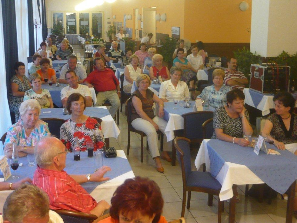 Na volbu Eurobabičky se v pátek večer přišly podívat desítky diváků, a to nejen lázeňských hostů.