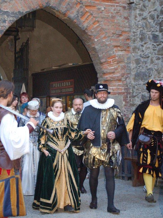 Petr z Rožmberka a Kateřina z Ludanic dorazili na hrad Helfštýn se svou početnou družinou.