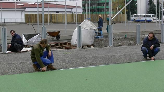 Víceúčelové hřiště u školy Svisle by mělo být dokončeno 15. listopadu.