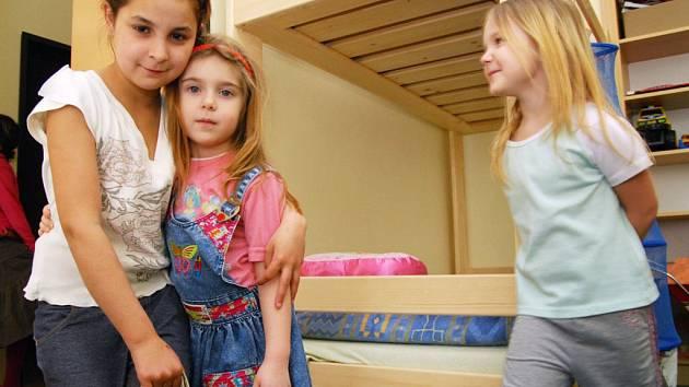 Principem center Klokánek je, že děti zde vyrůstají podobným způsobem jako v běžné rodině. O dvě až čtyři děti se starají vždy dvě pracovnice.